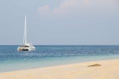 Catamaran bij anker stock foto's