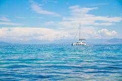 Catamaran bij blauwe overzees witte varende bootcatamaran op oceaan dichtbij strand Luxeboot dichtbij coastCopy ruimte royalty-vrije stock fotografie
