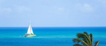 Catamaran bij het strand Stock Foto's