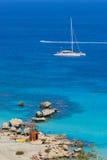 Catamaran bij kustlijn stock foto