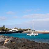 Catamaran in blauwe overzees wordt gedokt die Royalty-vrije Stock Foto