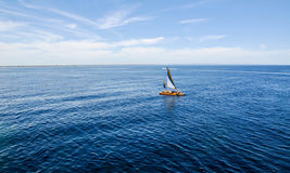 Catamaran dans l'Océan Indien de turquoise Image stock