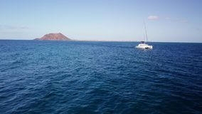 catamaran dans la navigation près de l'île de loups clips vidéos