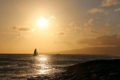 Catamaran dans les eaux d'Hawaï Photos stock
