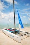 Catamaran de Hobie sur la plage Images stock