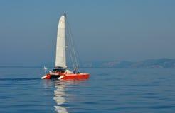 Catamaran de navigation en mer ionienne Images libres de droits