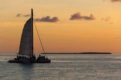 Catamaran in de Zonsondergang royalty-vrije stock afbeelding