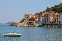 Catamaran dichtbij de kust van de Thyrreense Zee, Elba Island mar Stock Foto