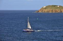 Catamaran dichtbij het eiland van St Thomas Stock Afbeelding