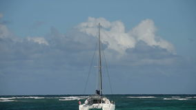 Catamaran dichtbij St Maarten stock videobeelden