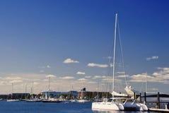 Catamaran die bij de Jachthaven van Nieuwpoort wordt gedokt Stock Fotografie