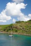Catamaran die bij een oorspronkelijke baai in Maui, Hawaï wordt verankerd Royalty-vrije Stock Afbeeldingen