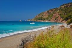 Catamaran die bij mooi strand, Turkije wordt verankerd Stock Foto's
