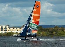 Catamaran die in de Baai van Cardiff varen Stock Foto's
