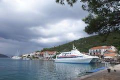 Catamaran die in dorp Polace op Eiland Mljet wordt vastgelegd royalty-vrije stock fotografie
