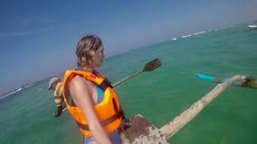 Catamaran die houten boot met het roeien controle vissen die op de golven van de Indische Oceaan in Sri Lanka varen stock videobeelden