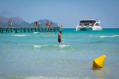 Catamaran door de pier Stock Afbeeldingen