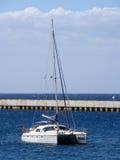 Catamaran förankrad nära bryggan Royaltyfri Fotografi