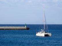 Catamaran förankrad nära bryggan Royaltyfri Bild