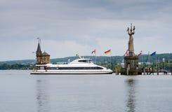 Catamaran Ferdinand i latarnia morska przy wejściem schronienie Constance, Bodensee jezioro, niemiec (Imperia statua) zdjęcia stock