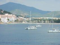 Catamaran flottant sur le med le méditerranéen Photos stock