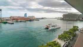 Catamaran iść pobliskim Portowym Vell marina w Catalonia Barcelona na zatoce, ludzie chodzi wzdłuż niższego pozioma Obrazy Royalty Free