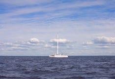 Catamaran i havet Arkivbild