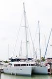 Catamaran kurtyzacja przy marina Zdjęcia Royalty Free