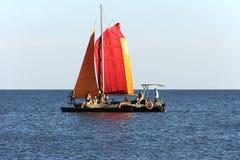 Catamaran met rode zeilen Royalty-vrije Stock Afbeeldingen