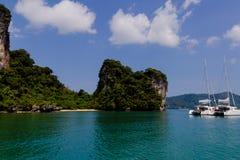 Catamaran łodzie blisko wyspy przy Andaman morzem Obraz Stock