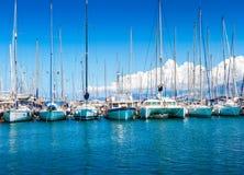 Catamaran łodzie w schronieniu i jachty Fotografia Stock