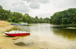 Catamaran op de bank van het meer Stock Afbeeldingen