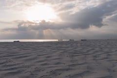 Catamaran op Diana Beach bij zonsopgang stock foto's