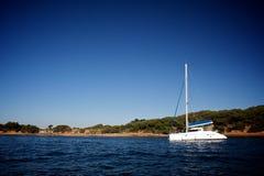 Catamaran op het overzees Royalty-vrije Stock Fotografie