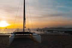 Catamaran op het strand bij zonsondergang Royalty-vrije Stock Foto's