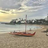 Catamaran op het strand in Hawaï stock afbeeldingen
