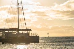 Catamaran op Waikiki-Strand in Honolulu, Hawaï wordt gedokt dat royalty-vrije stock fotografie