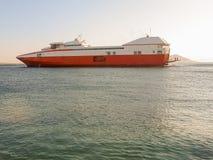 Catamaran opuszcza port margarita mroźne czasu wakacje kobiety Fotografia Stock