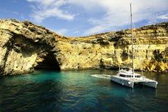 Catamaran przy kotwicą pod falezami Comino fotografia royalty free