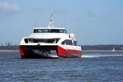 Catamaran rapide sur le Solent image libre de droits