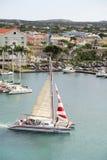 Catamaran som låter vara Oranjestad, Aruba Habour Arkivfoto