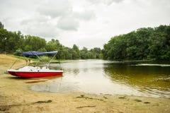 Catamaran sur la banque du lac Photographie stock