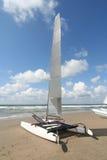 Catamaran sur la plage image libre de droits