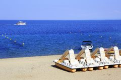 Catamaran sur le sable de plage Porto Carras Sithonia Images stock