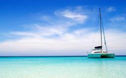 Catamaran in turkooise overzees stock fotografie