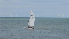 Catamaranbemanning die de kust naderen stock footage