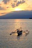 Catamaranboot bij de zonsopgang Royalty-vrije Stock Afbeelding