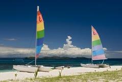 Catamaranes en la playa arenosa, Fiji Fotografía de archivo