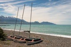 Catamaranes en la playa guijarrosa en Kaikoura Imágenes de archivo libres de regalías