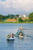 Catamaranes en Xuan Huong Lake, Dalat, en Vietnam Foto de archivo